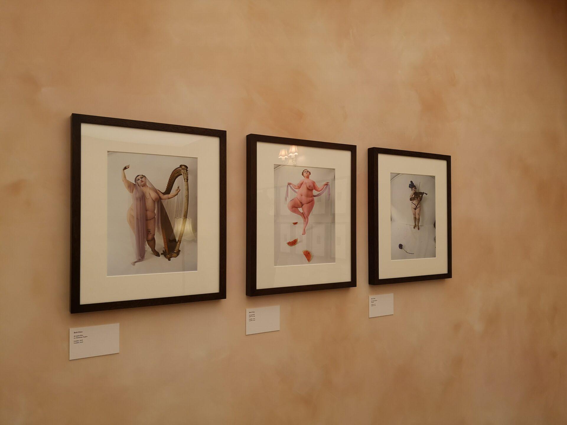 Installatiezicht Beth Ditto in 'The Chapel of Nudes'. Foto: Camille Meeus.